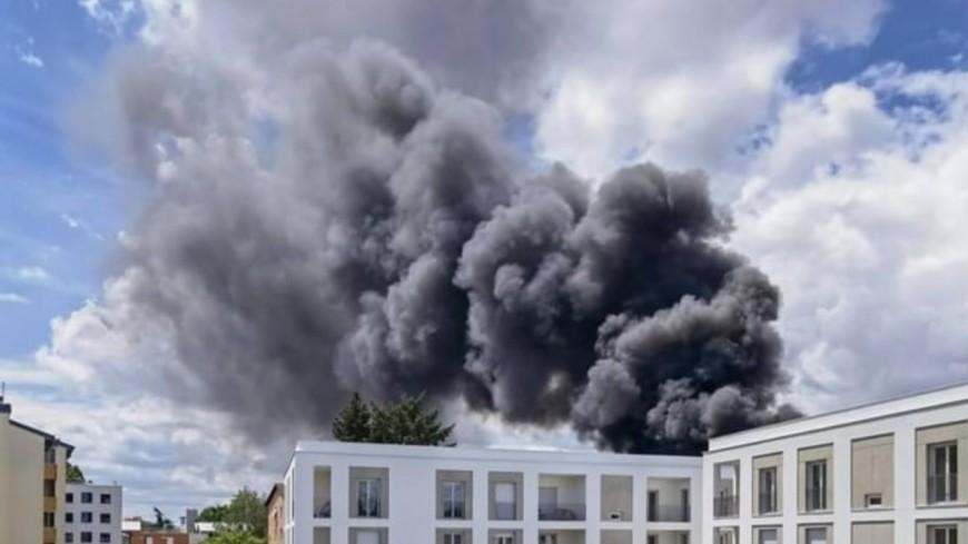Un impressionnant incendie près de la gare de Villefranche-sur-Saône, 110 pompiers mobilisés