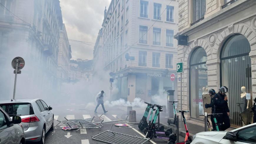 Lyon : 1400 opposants au pass sanitaire et à la vaccination obligatoires, la manifestation dégénère - VIDEOS