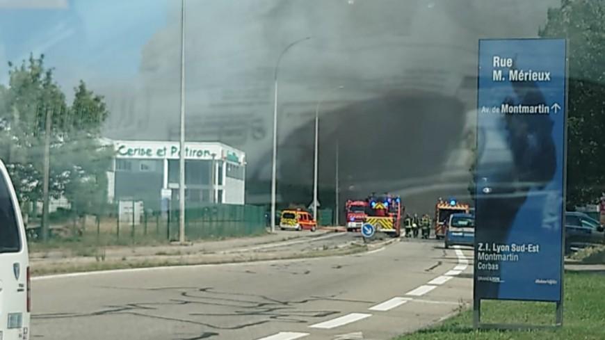 Près de Lyon : un entrepôt en proie aux flammes à Corbas