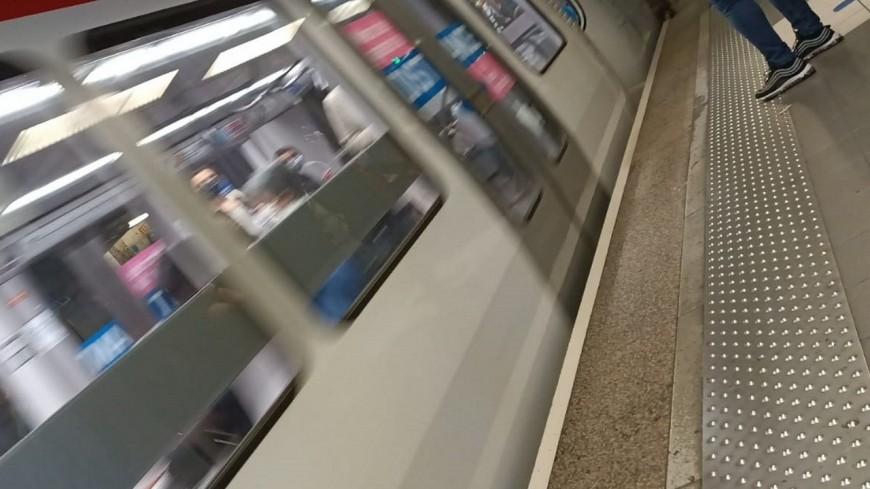 Lyon : il tombe sur les voies du métro et survit en s'allongeant