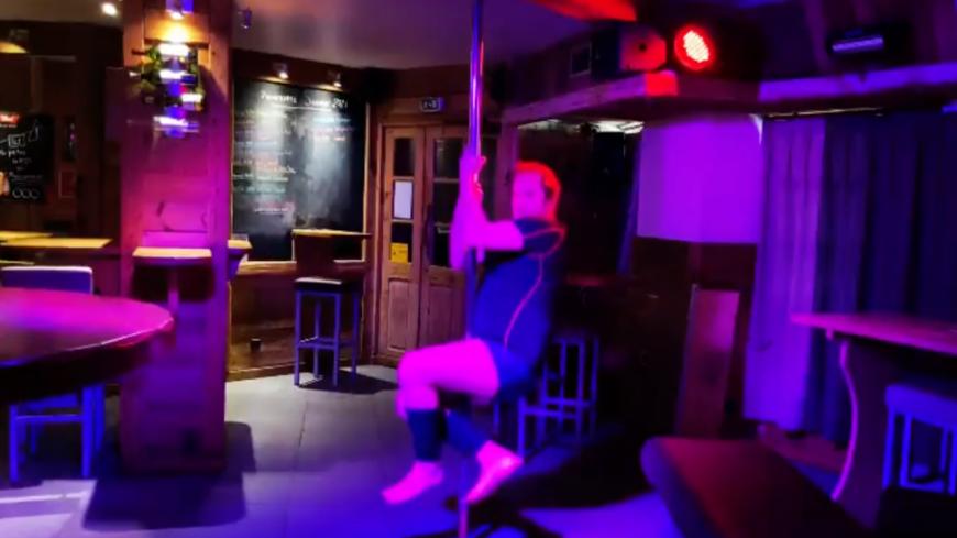 Pour célébrer les 2 millions d'entrées de Kaamelott, JC Hembert se met à la pole dance