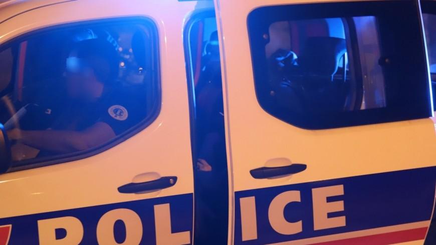Lyon : il frappe la tête de son hôte sur une table puis insulte les policiers