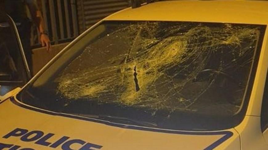 Lyon : une voiture de police reçoit une chaise en plein pare-brise