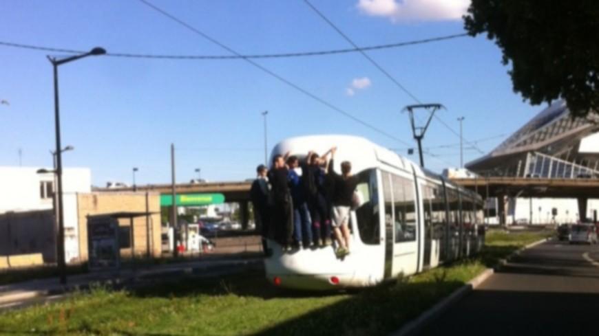 Près de Lyon : un ado grièvement blessé en faisant du tram surfing