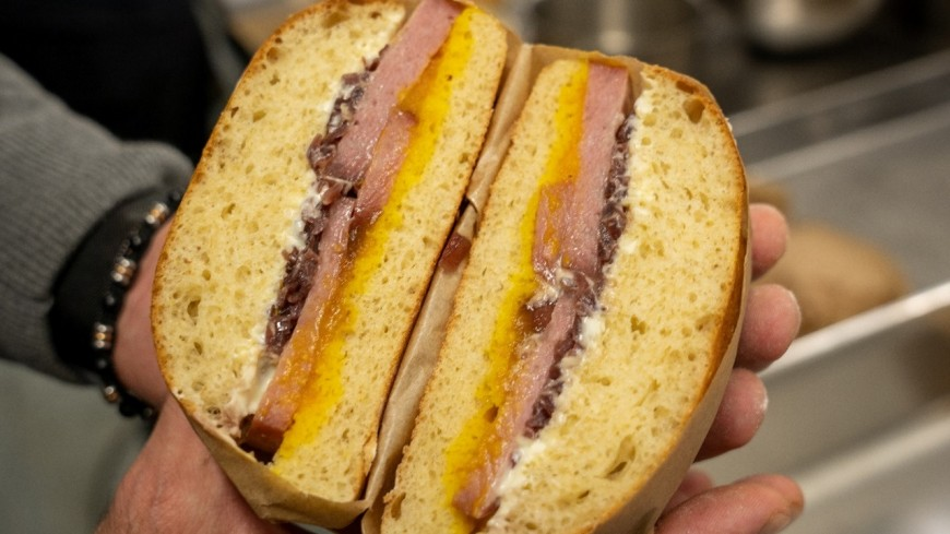 Le Sandwich lyonnais, imaginé par Karadoc et cuisiné par Grégory Cuilleron, sera proposé au Groupama Stadium de l'OL