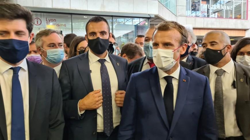 Depuis Lyon, Emmanuel Macron annonce la défiscalisation des pourboires versés en CB