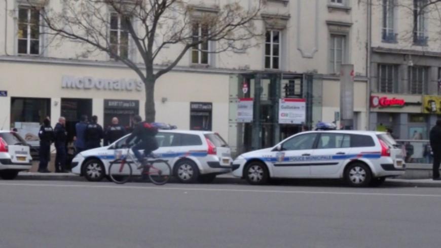 Lyon : un policier transporté à l'hôpital après une opération houleuse à la Guillotière