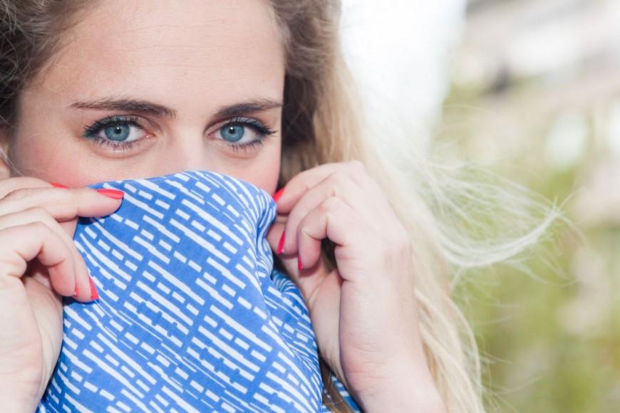 Une Lyonnaise créatrice d'un foulard antipollution glamour et connecté
