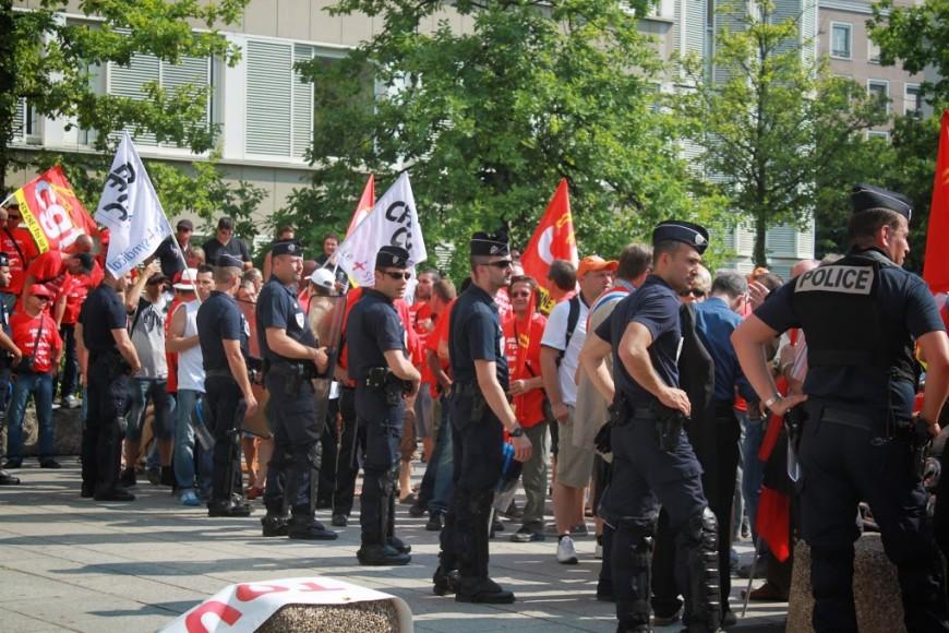 Les policiers de la région manifestent mardi devant la préfecture du Rhône