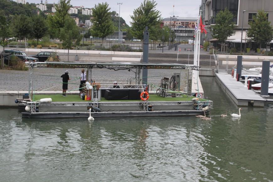 Un belge remonte le réseau fluvial français avec un bateau solaire et fait escale à Lyon