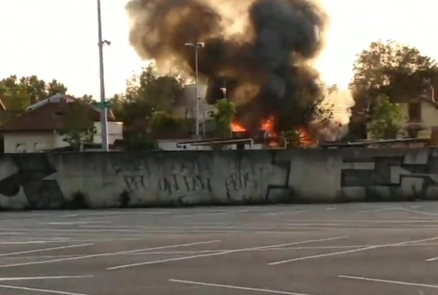 Vaulx-en-Velin : un feu de cabanon provoque une épaisse fumée au-dessus de l'agglomération