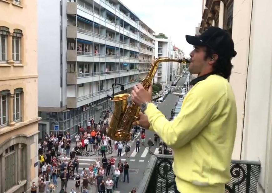 Lyon : pour son dernier live, Sandy Sax crée un attroupement monstre au pied de son balcon