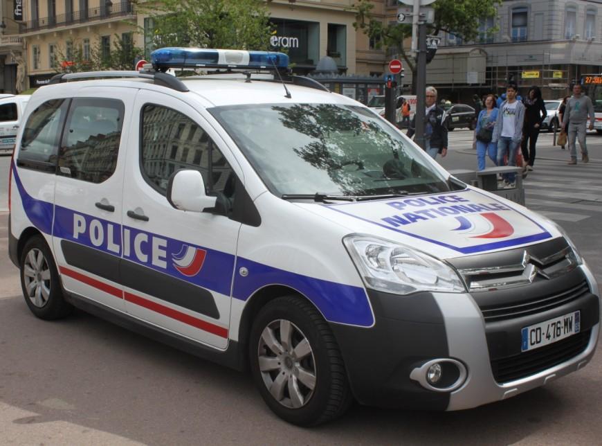 Lyon : un homme frappe son neveu puis se donne deux coups de couteau
