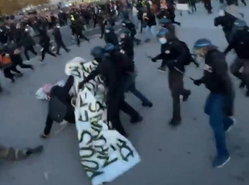 """Lyon: 7500 personnes réunies pour la """"Marche des Libertés"""", de violents heurts avec la police"""