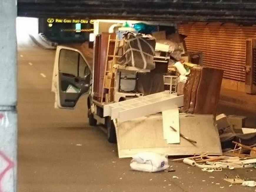 Un camion de déménagement s'explose sous une trémie à Lyon