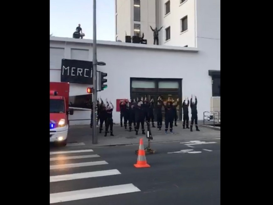 Les pompiers de Lyon font un Ahou pour le personnel soignant