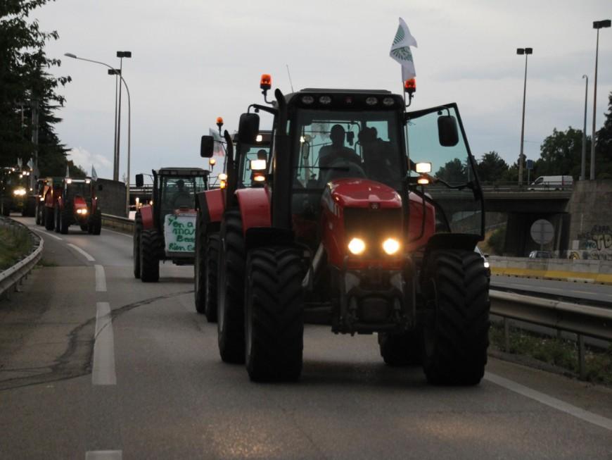 Plus d'une soixantaine de tracteurs bloquent l'entrée de Lyon