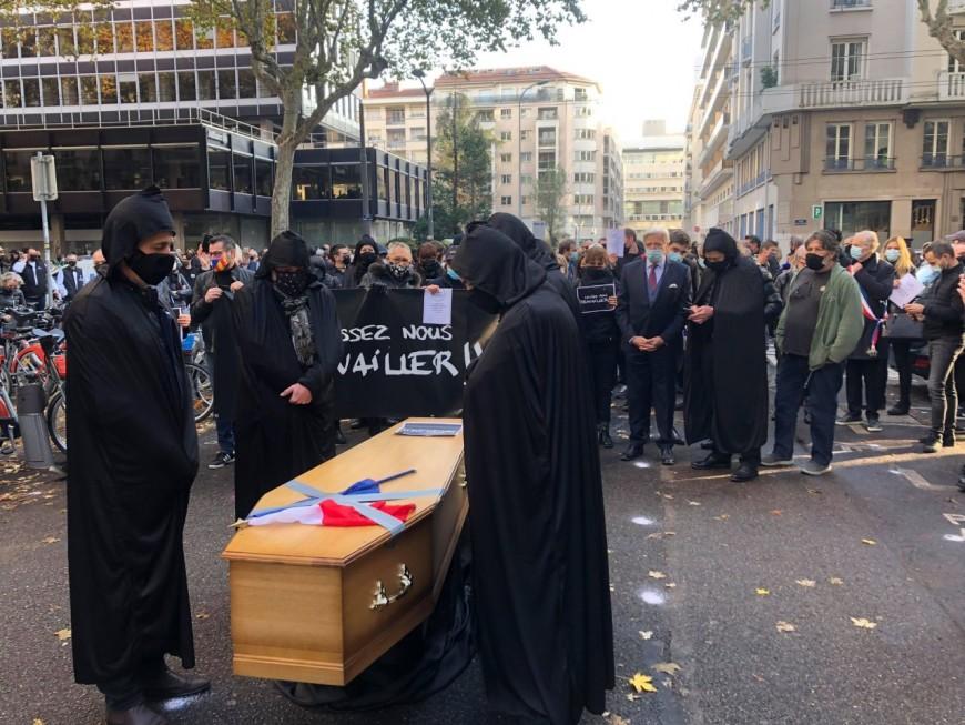 """Lyon : """"Laissez-nous travailler !"""", le cri d'agonie des indépendants devant la préfecture"""