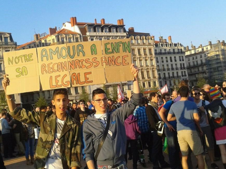 Mariage pour tous à Lyon : champagne à Bellecour, interpellations sur l'A7
