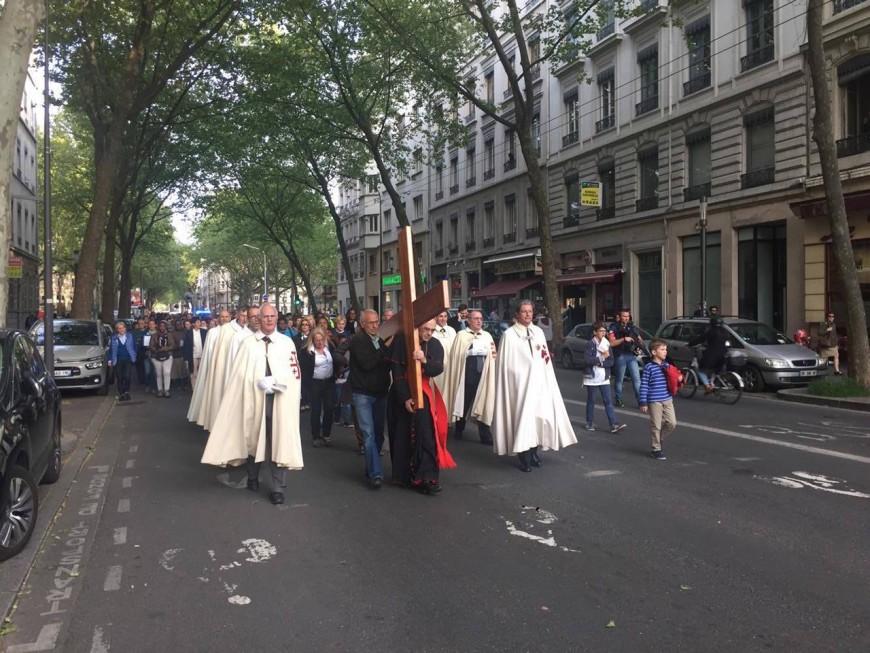 Lyon : le cardinal Barbarin mène le chemin de croix