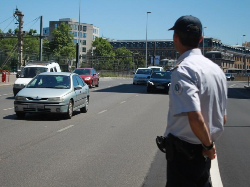 Lyon : un homme jette des projectiles sur une voiture de police