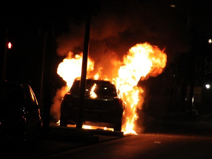 Lyon : deux véhicules partent en fumée devant le stade de Gerland