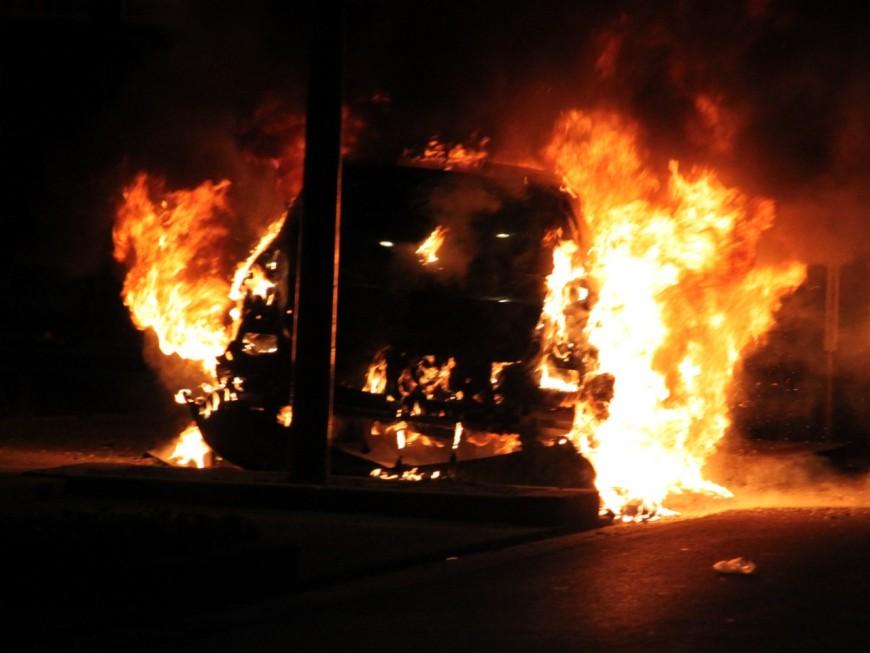 Sa voiture est accidentée, il y met le feu