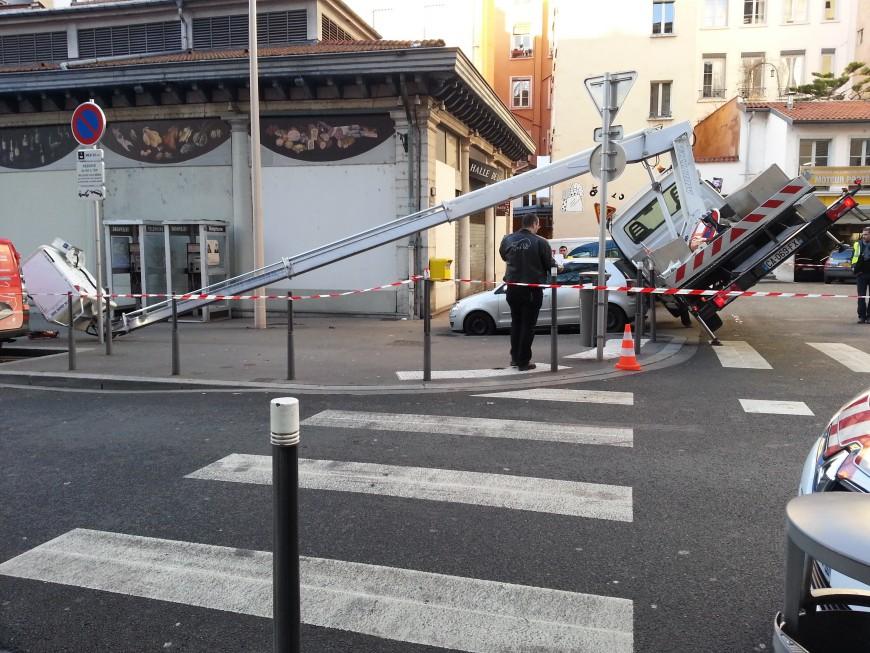 Lyon : le camion nacelle se renverse, les deux employés chutent de dix mètres