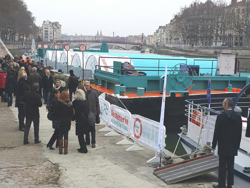 Lyon : la péniche déchetterie en service après inauguration