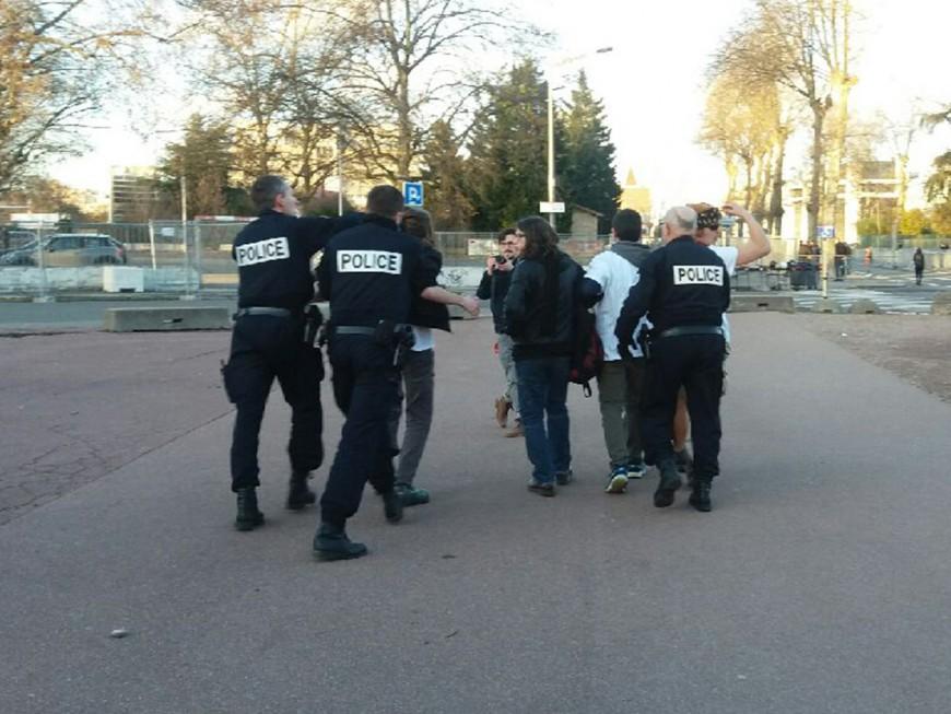 Meeting de Macron : des trouble-fête évacués par la police