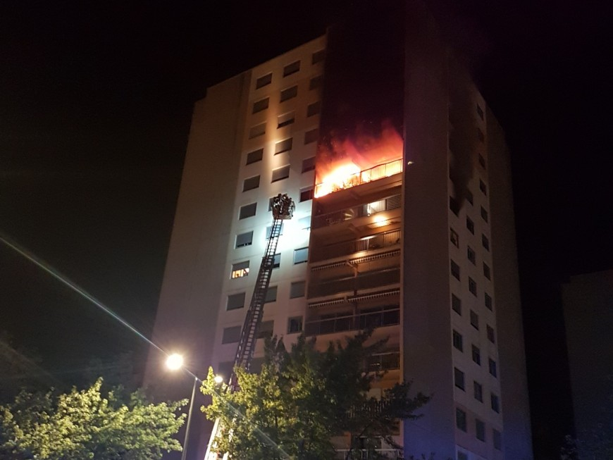 Un incendie dans un immeuble de 15 étages près de Lyon