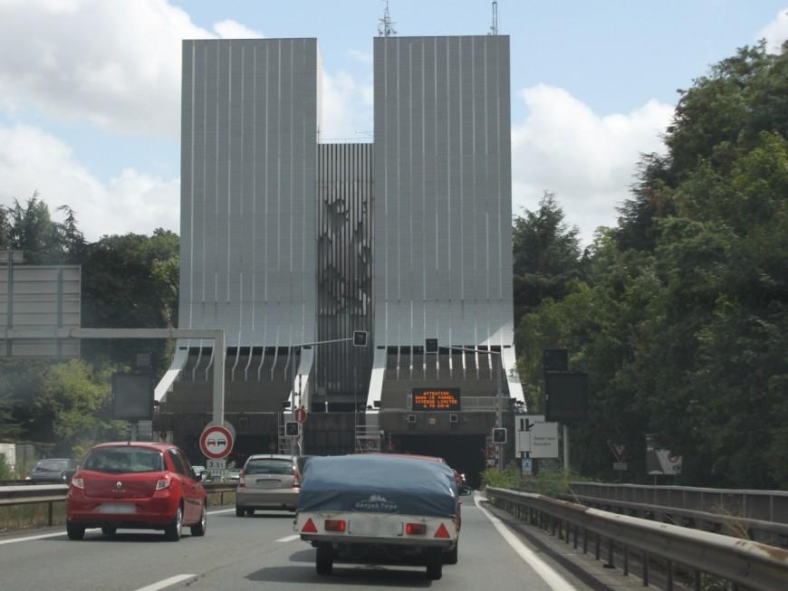 Lyon : le camion s'encastre sous Fourvière, le tunnel restera fermé encore cette nuit