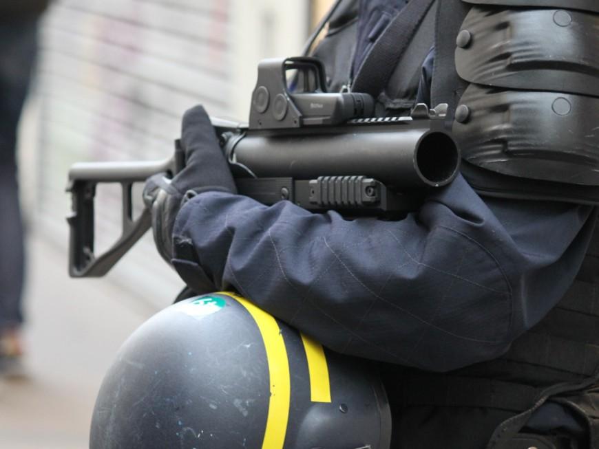 Un fourgon banalisé attaqué par un commando lourdement armé près de Lyon