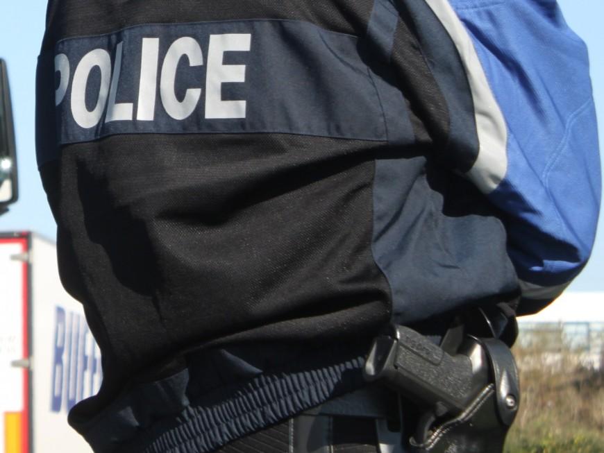 Sans permis, les policiers doivent briser une vitre pour le faire sortir de son véhicule