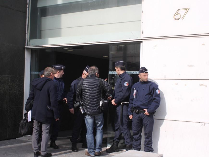 Lyon : deux jeunes présentés au parquet après avoir tenté de retourner une voiture de police