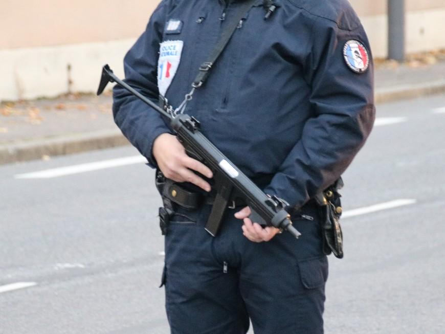 Lyon : ivre en scooter, armé d'un pistolet et de deux couteaux, il blesse un policier