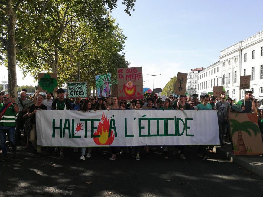 Lyon : des milliers de marcheurs pour le climat réclament des actes