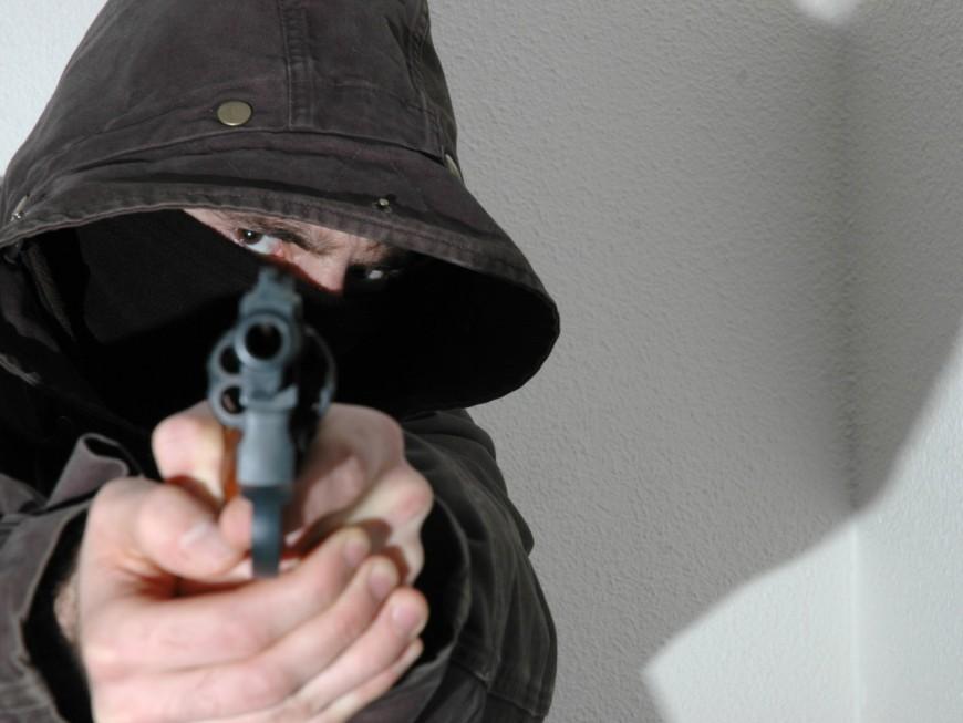 Lyon : le voleur de moto braque un revolver sur les policiers puis les percute en voiture