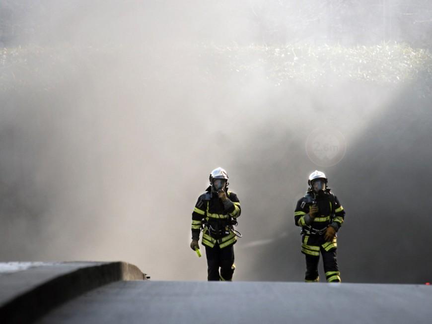 Lyon: une voiture en feu dans un parking souterrain