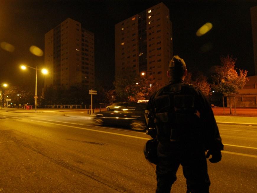 Trois policiers à l'hôpital après une agression à la barre de fer près de Lyon