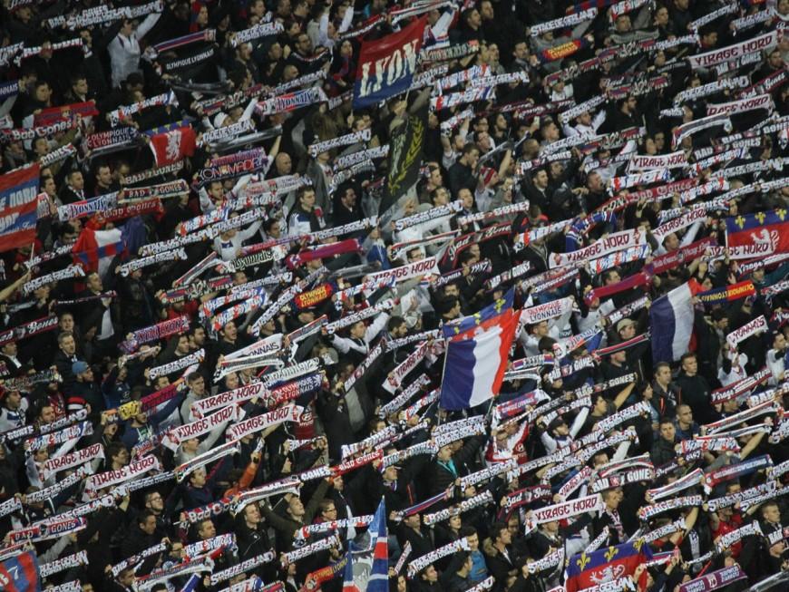 Un hommage aux victimes des attentats et aux héros du quotidien lors d'OL-Benfica