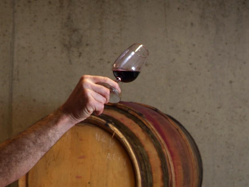 Près de Lyon : il accuse sa femme d'avoir terminé le cubi de vin et la menace avec une hache