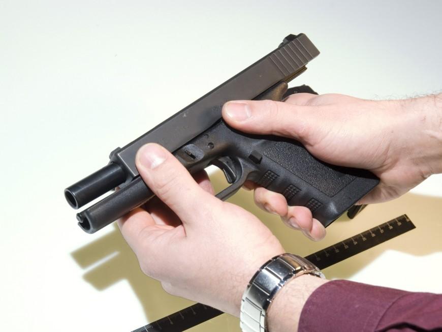Des gilets pare-balles, des armes et des voitures saisis dans les box d'un Lyonnais