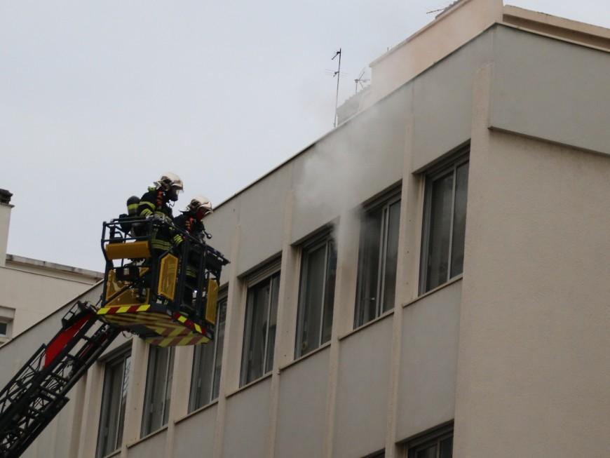 Le voleur se cache sur un balcon, la police fait appel aux pompiers pour le cueillir