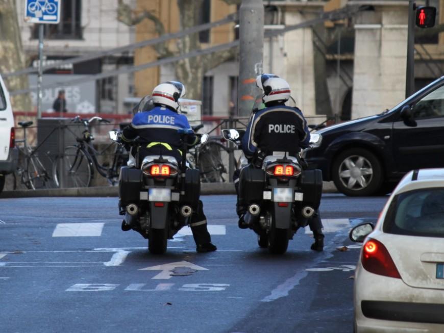 Un motard fait chuter volontairement un policier
