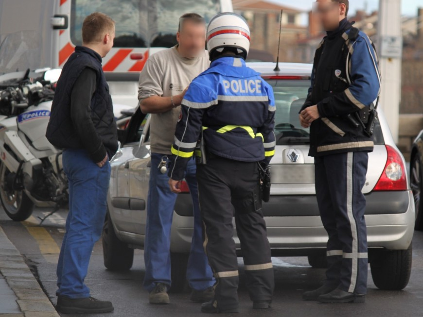 Près de Lyon : depuis chez eux, les frères insultent les policiers en plein contrôle routier
