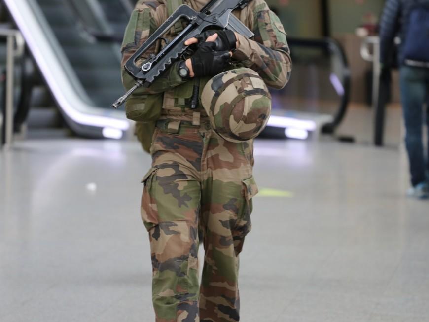 Lyon : un militaire ouvre le feu sur un homme armé d'un couteau