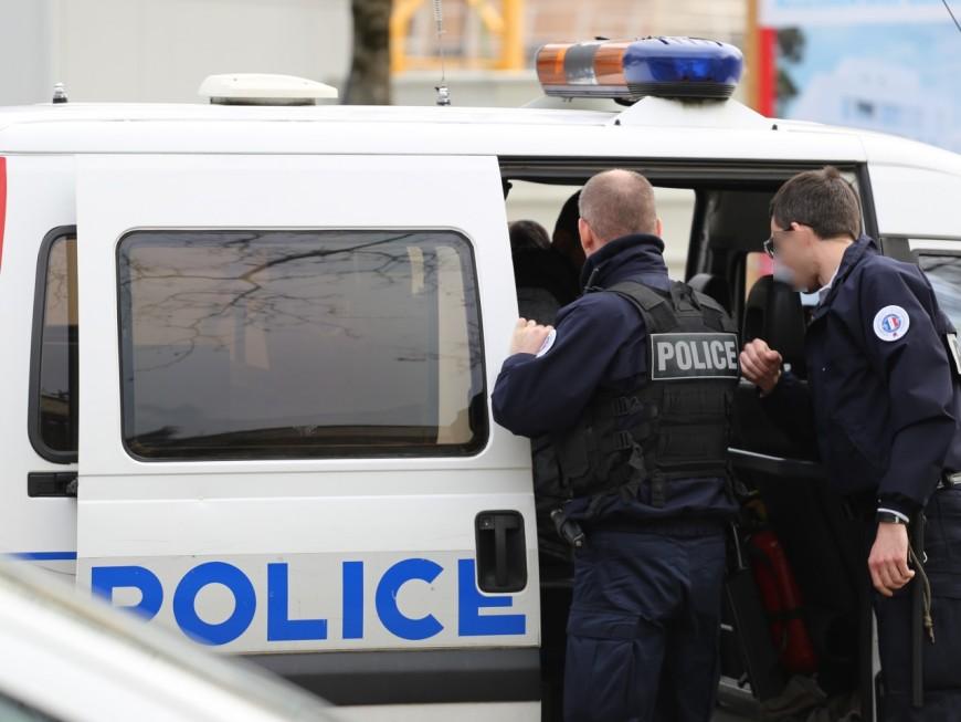 Lyon : il s'attache aux grilles de la préfecture