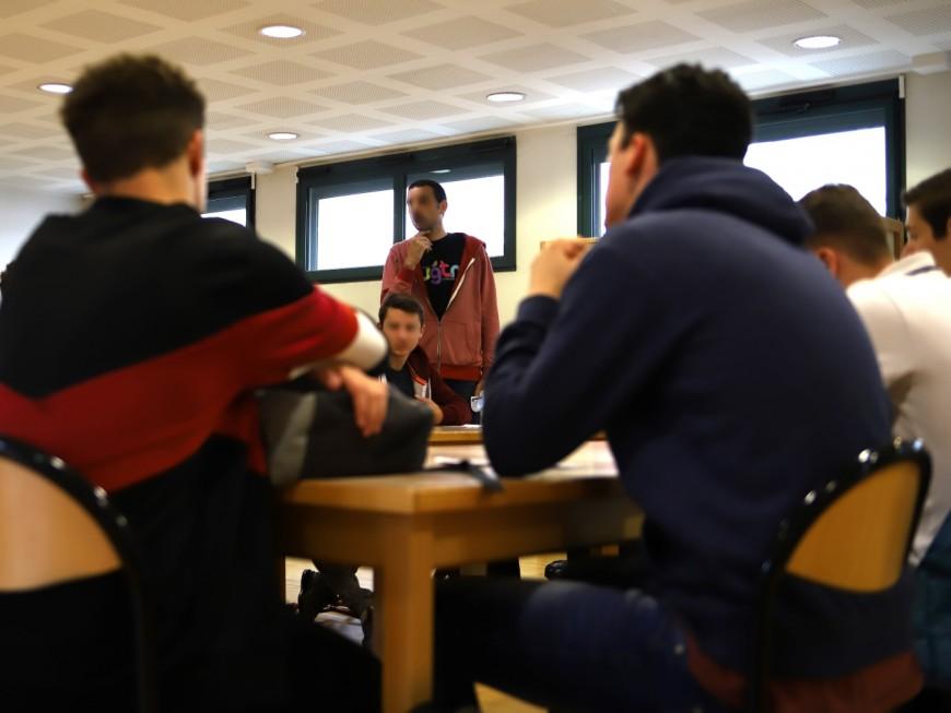 """Près de Lyon : le lycéen menace son prof de lui """"couper la tête"""" le jour de l'hommage à Samuel Paty"""