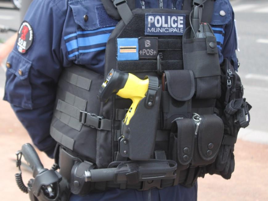 Maîtrisé à coup de Taser après avoir frappé sa femme et des policiers